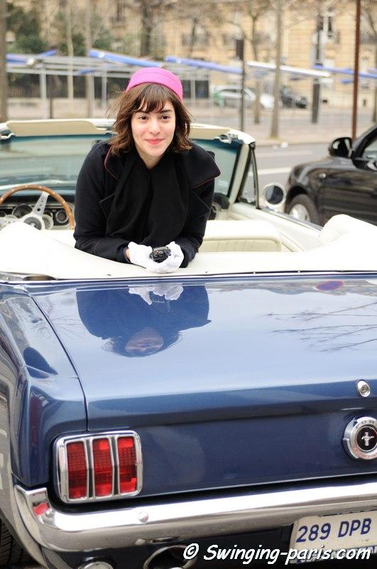 Cela pourrait être Charlotte Gainsbourg en Ford Mustang...