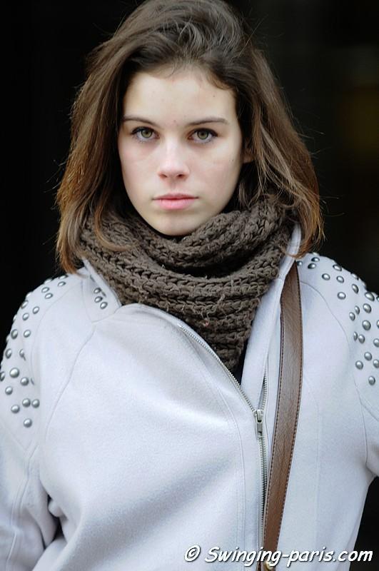 Jeune Femme au manteau blanc