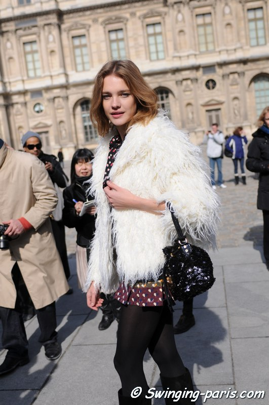 Natalia Vodianova se dirigeant vers le défilé Louis Vuitton