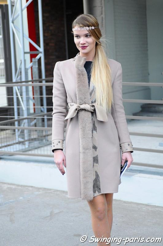 Jeune femme après un défilé Valentino - Paris, Fashion Week